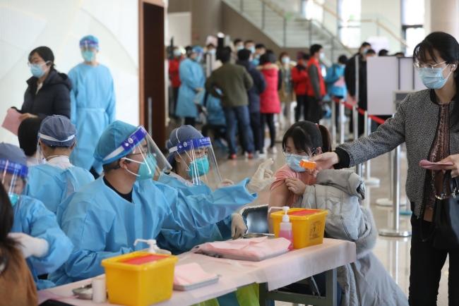 清华大学3万在校生今起分批接种新冠疫苗,预计下周四完成