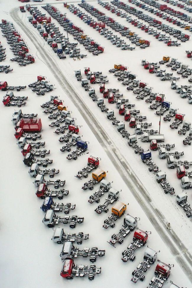▲雪后银装素裹的东风汽车轻型卡车物流园。图/视觉中国