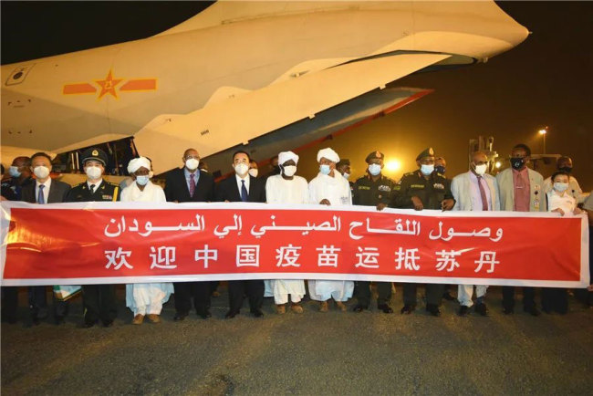 苏丹各界热烈欢迎中国援苏新冠疫苗抵达
