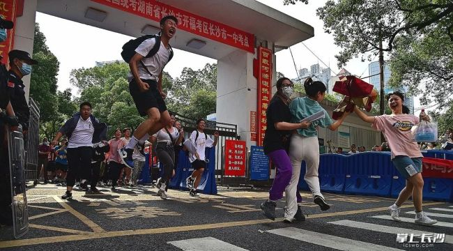 """长沙一高考生有""""特殊待遇""""!学校为他改修了一条路"""