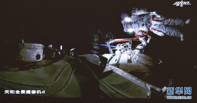 神舟十二号乘组两名航天员成功出舱