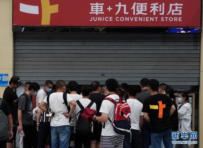 暴雨致使郑州东站大量旅客滞留