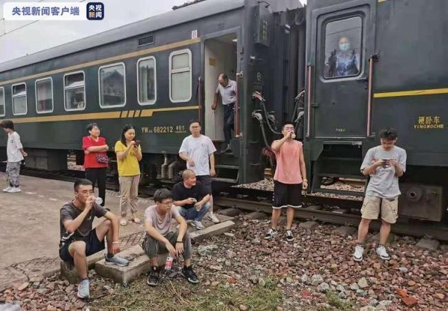 受困的K226/7次列车通信逐步恢复 食品持续补给