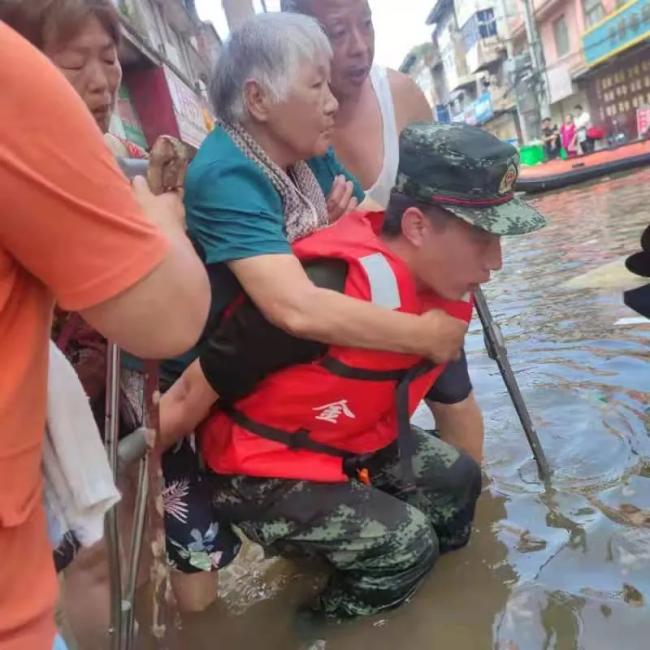 休假突遇洪灾,这个战士义无反顾冲在一线!