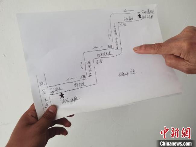 为让外地司机尽快找到核酸检测点,查检点的工作人员手画了一张简陋而温暖的地图。 被采访者马明宏供图