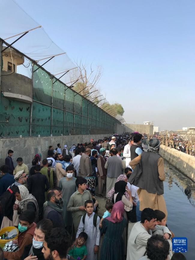 阿富汗:机场外的民众