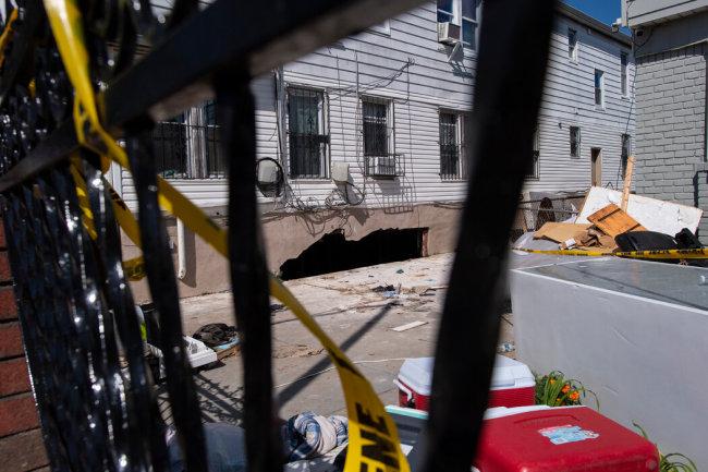 9月2日凌晨,在纽约市皇后区183街90-11号的地下室里,一名母亲和她年幼的孩子遇难。图自纽约时报