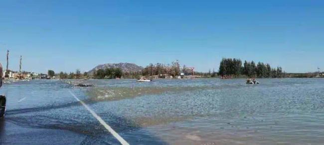 河北通勤班车坠河已致2死12失联