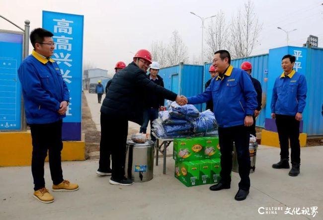 寒潮中的暖心一幕——得利斯集团董事长郑思敏为工人们送去棉衣、姜汤等慰问品