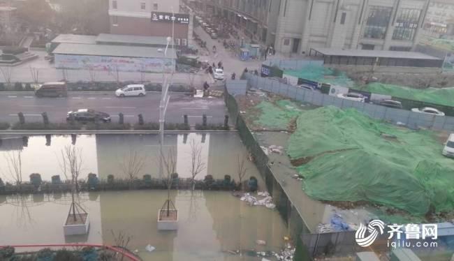 济南世茂天城北区污水覆盖半条街,疑似附近施工挖漏污水管