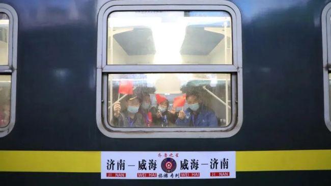"""济铁开行首趟""""夕发朝至""""旅游专列,丰富旅客出行体验"""