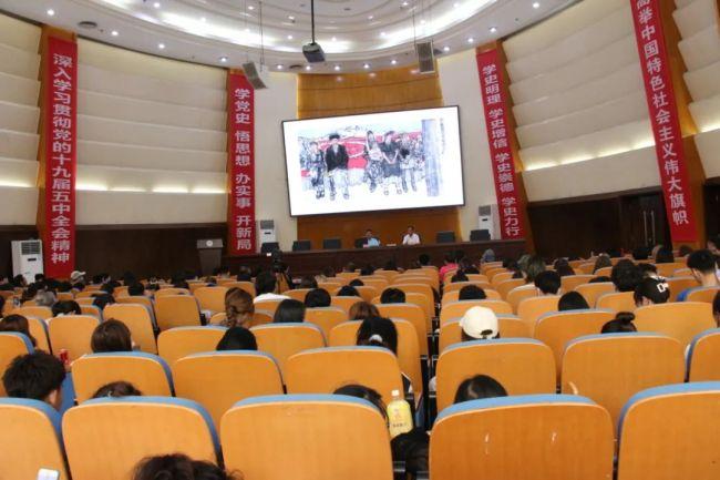 河南省美协原主席马国强受邀到郑州工程技术学院探讨美术创作与教育