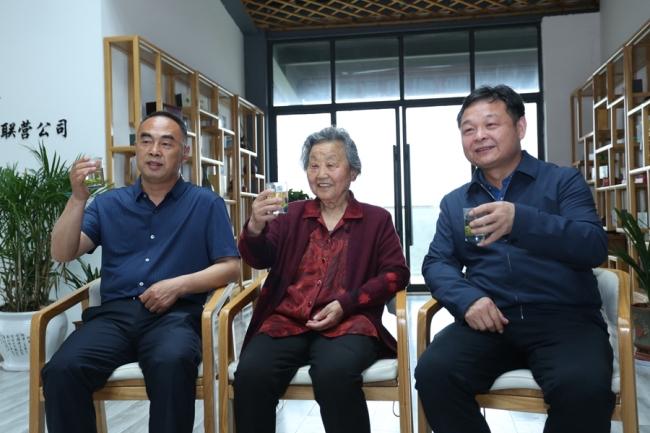 三代茶人张淑珍(中)、刘保柱(左)、王超(右)共同为商南茶代言