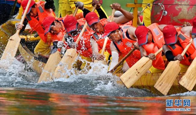 陕西安康:龙舟竞渡迎端午