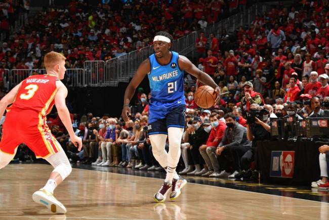 NBA-字母哥米德尔顿合砍71分 雄鹿胜老鹰2-1领先
