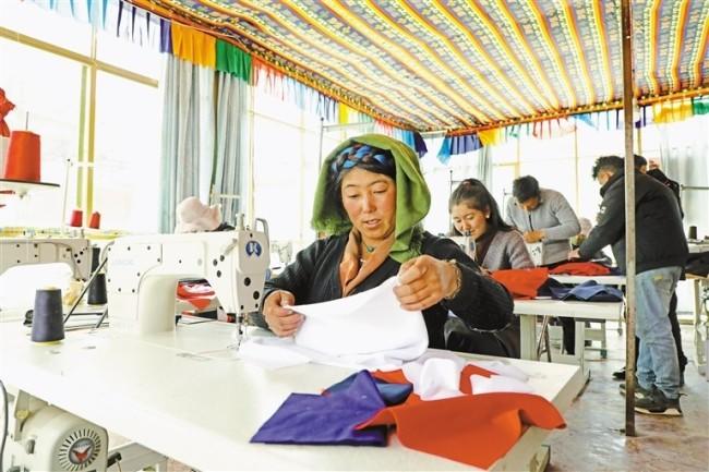图为尼木县群众在合作社里缝制产品。记者刘斯宇 拉巴桑姆 摄