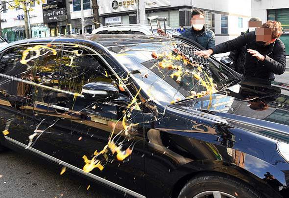 韩国前总统汽车遭砸鸡蛋