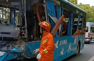 中巴与货车相撞致5死10伤 车内狼藉一片