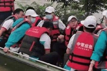 咋?疑救援队员爆料韩红用救援艇摆拍